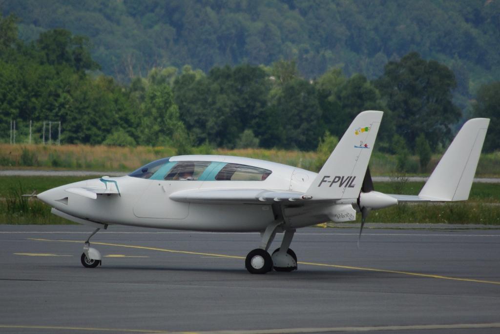 14 juillet 2010 : Deux avions sortant de l'ordinaire à Chambéry F_pvil